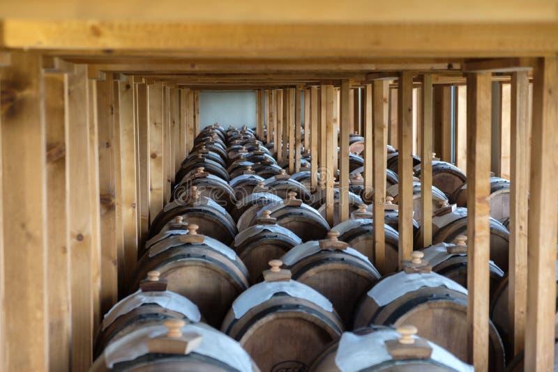 Keller mit Balsamico-Essig-Fässern stockfotografie