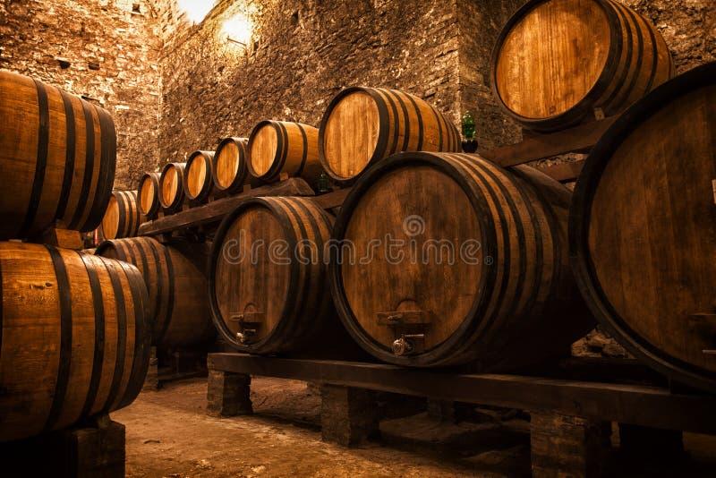 Keller mit Fässern für Lagerung des Weins lizenzfreies stockbild