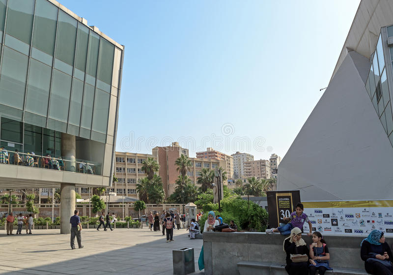 Kellerhof nahe Haupteingang von Alexandria-Bibliothek lizenzfreie stockfotografie