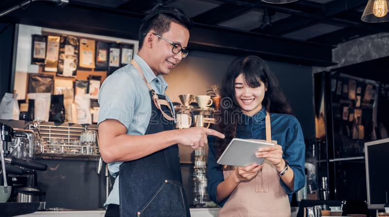 Kellner Asiens Barista nehmen Auftrag vom Kunden in der Kaffeestube, der Caféinhaber, der Getränkauftrag an der Gegenbar, am Nahr stockbilder