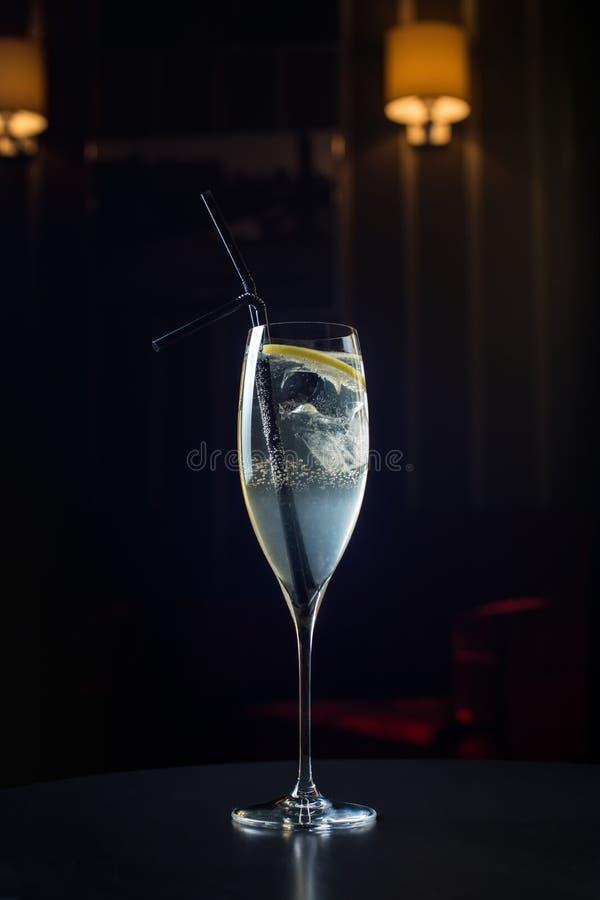 Kellner bei der Arbeit, Cocktails vorbereitend strömende Franzosen 76 zum Cocktailglas stockbilder