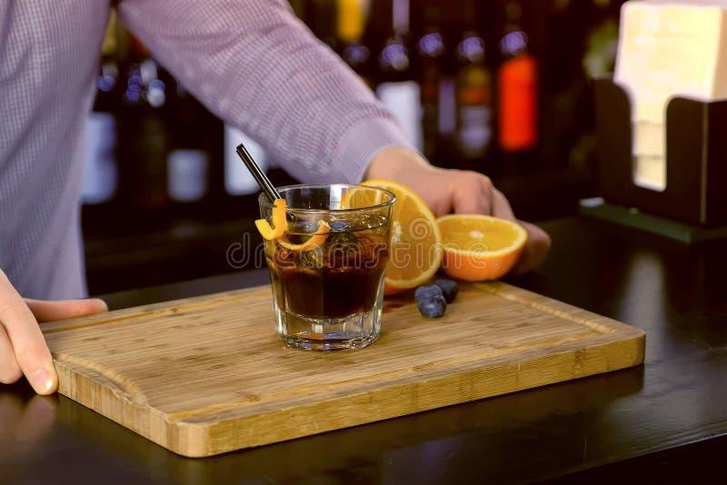 Kellner bereiten Alkoholcocktail auf Barzähler, Handnahaufnahme vor stockbilder