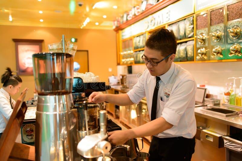 Kellner bereiten Kaffee zu lizenzfreie stockfotografie