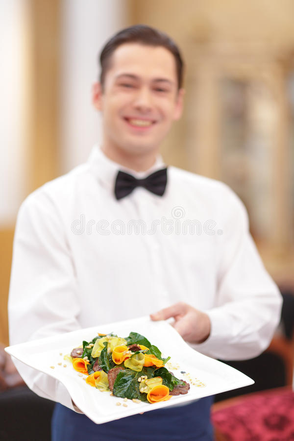 Kellner In das Luxusrestaurant stockfoto
