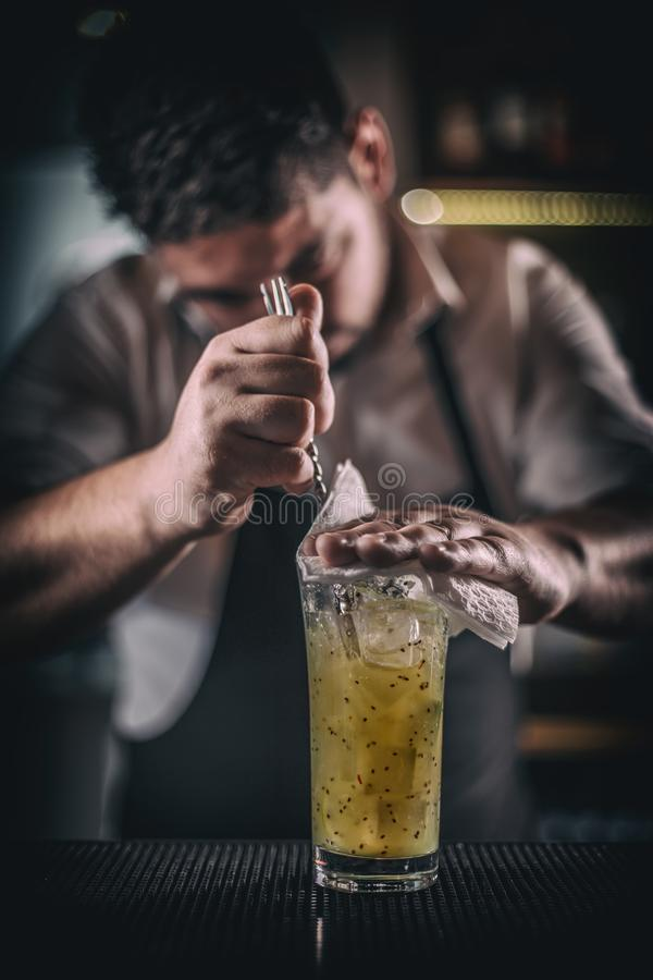 Kellner, der ein Cocktail mischt stockfotografie