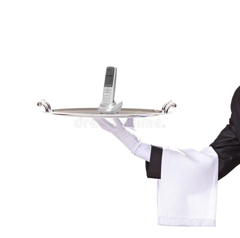 Kellner, der ein Tellersegment mit einem Telefon auf ihm anhält stockfoto