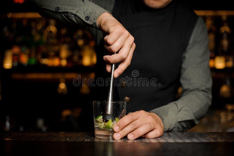 Kellner, der einen Rohrzucker mit Kalk mischt lizenzfreie stockfotos