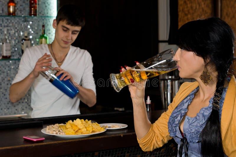 Kellner, der hinter einem Stangenzähler arbeitet lizenzfreies stockfoto