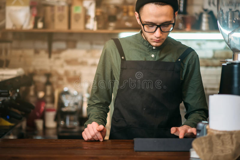 Kellner, der Kontrolle durchführt lizenzfreie stockfotos
