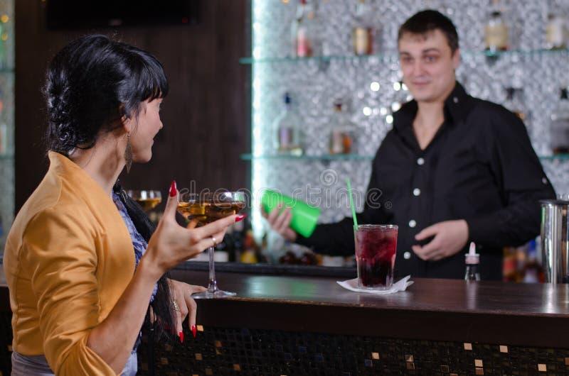Kellner, der mit einem weiblichen Kunden plaudert lizenzfreies stockbild