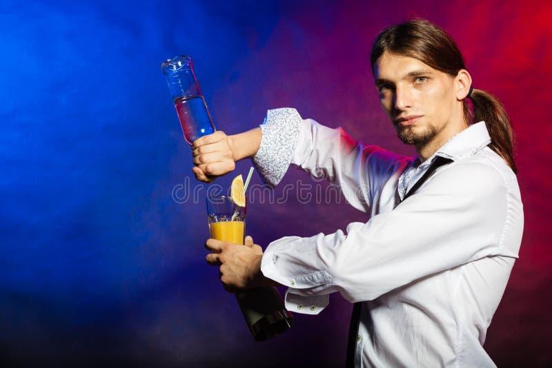 Kellner, der seine Fähigkeiten zeigt lizenzfreie stockfotos