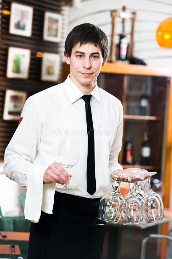 Kellner in der Uniform an der Gaststätte stockfotografie