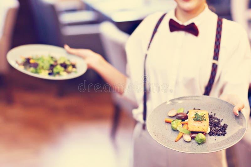 Kellner, die im Restaurant stehen lizenzfreie stockbilder