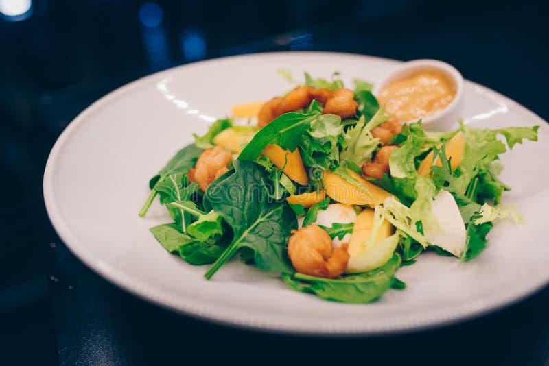 Kellner-dienendes Guacamole mit Königgarnelen- und Kräuter Letuce-Salatspargel am Restaurant, schließen herauf Ansicht Essen orga stockfoto