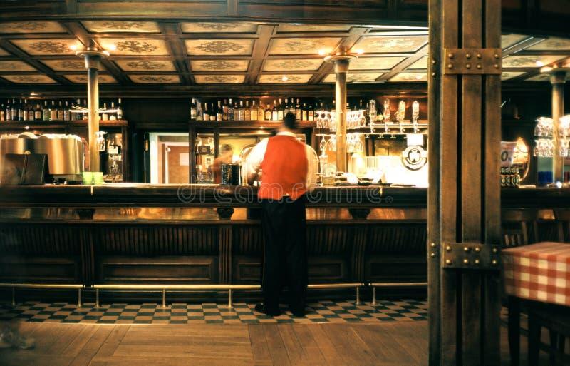 Kellner in einem Pub lizenzfreie stockbilder