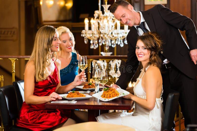 Kellner gedientes Abendessen in einem feinen Restaurant stockfoto