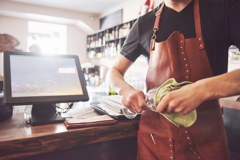 Kellner im Innenherstellungsalkoholcocktail der Bar Berufsbarmixer gießt Getränk mit einem Sieb stockfotos