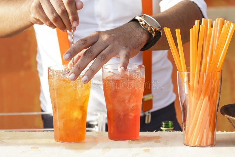 Kellner macht Cocktail lizenzfreie stockfotos