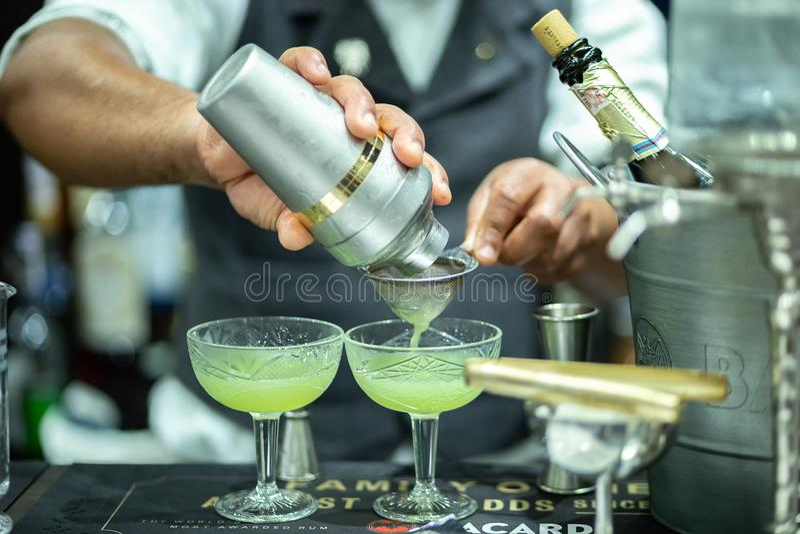 Kellner macht Cocktail auf internationaler Barshow des Barometers lizenzfreies stockfoto