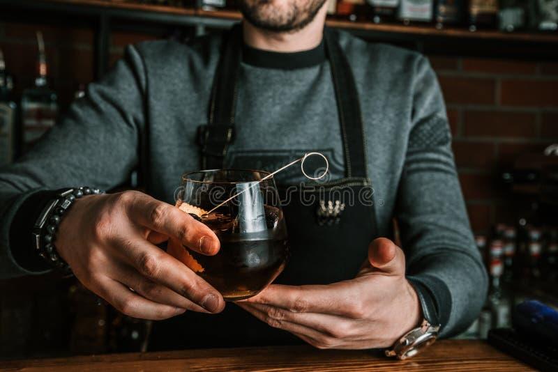 Kellner mit einem Cocktail lizenzfreie stockbilder