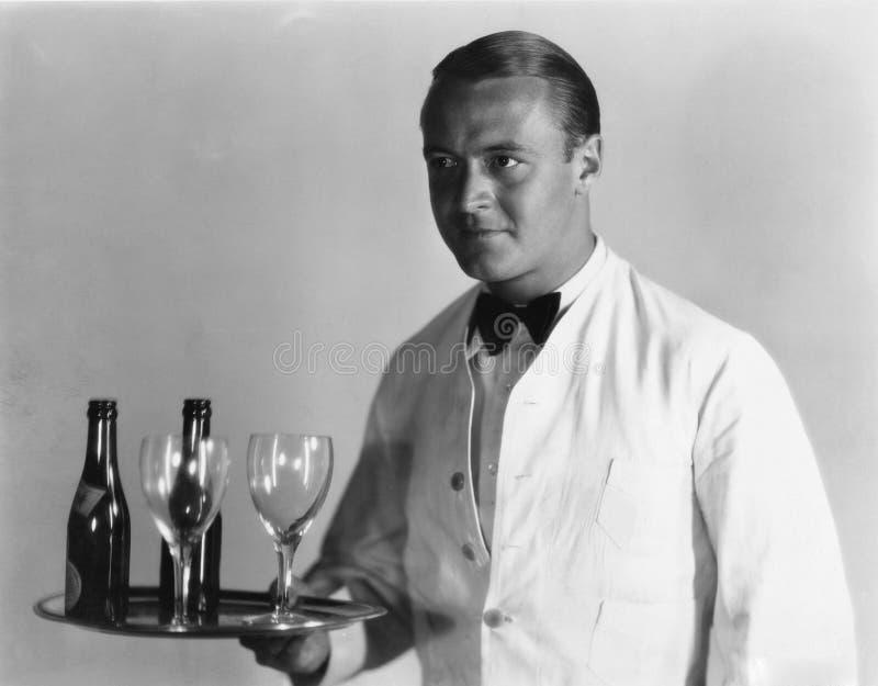 Kellner mit Getränken auf Behälter lizenzfreies stockfoto