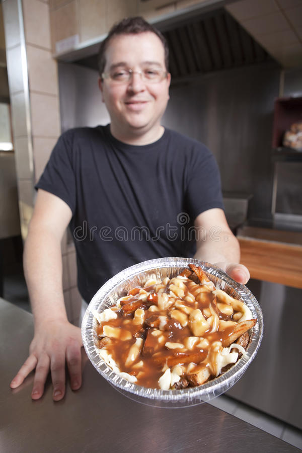 Kellner mit take-out poutine lizenzfreies stockbild