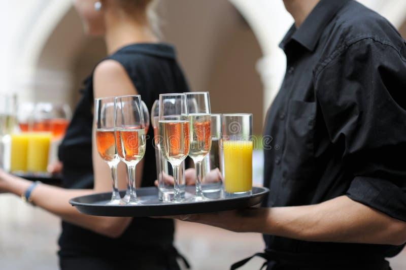 Kellner mit Teller der Wein- und Saftgläser lizenzfreies stockbild