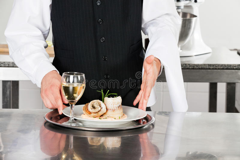 Kellner With Salmon Roll And White Wine stockfoto