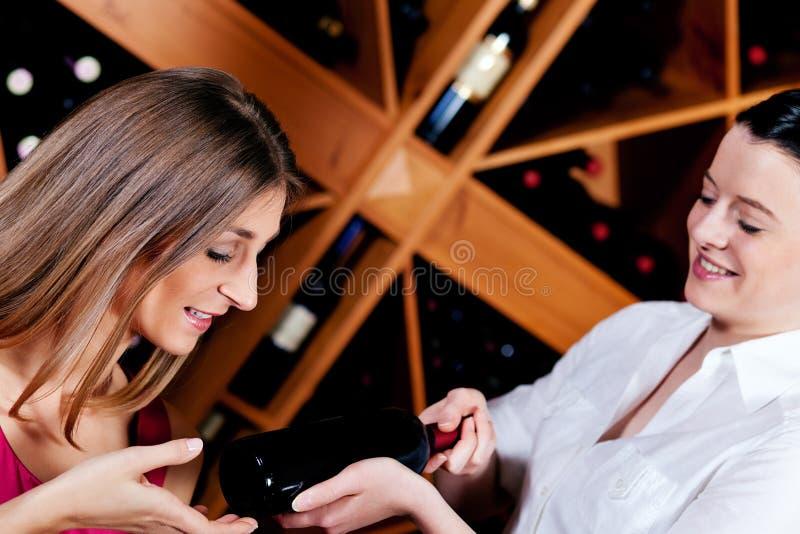Kellnerin in der Gaststätte, die Rotwein anbietet lizenzfreies stockfoto