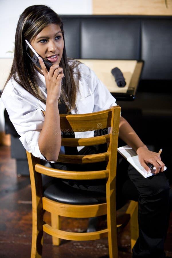 Kellnerin, die einen Bruch nimmt stockfoto