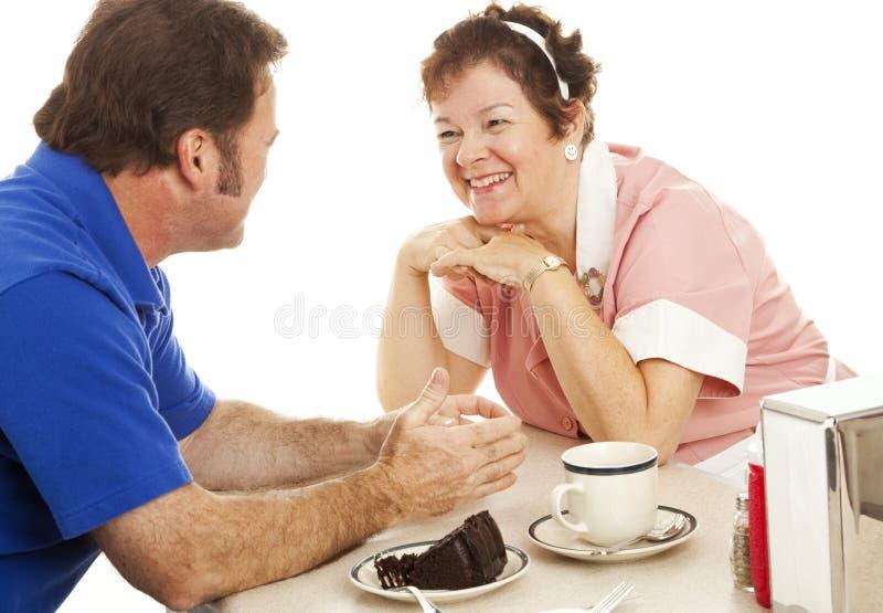 Kellnerin plaudert mit Abnehmer stockfoto