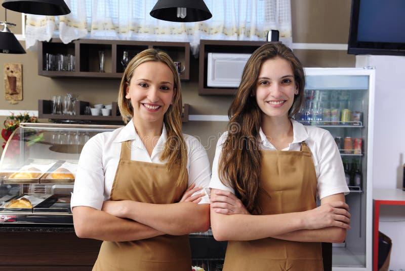 Kellnerinnen, die an einem Kaffee arbeiten lizenzfreies stockbild