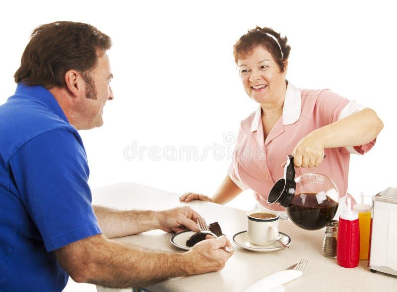 KellnerinServes Kuchen und Kaffee stockfotografie