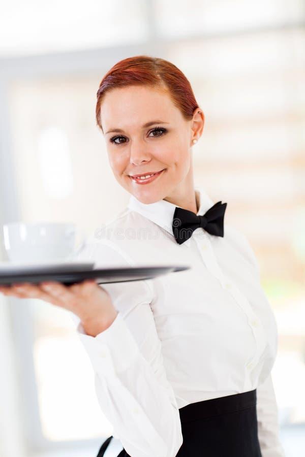 Kellnerinumhüllungskaffee stockfotos