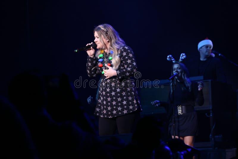 Kelly Clarkson en el concierto - demostración de la Navidad fotos de archivo