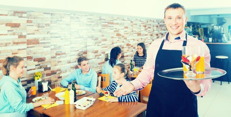 Kelnerów mili powitalni goście wygodna rodzinna kawiarnia obraz stock