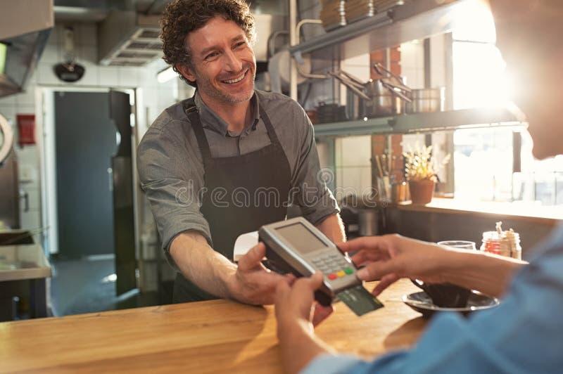 Kelner akceptuje zapłatę kartą obraz stock
