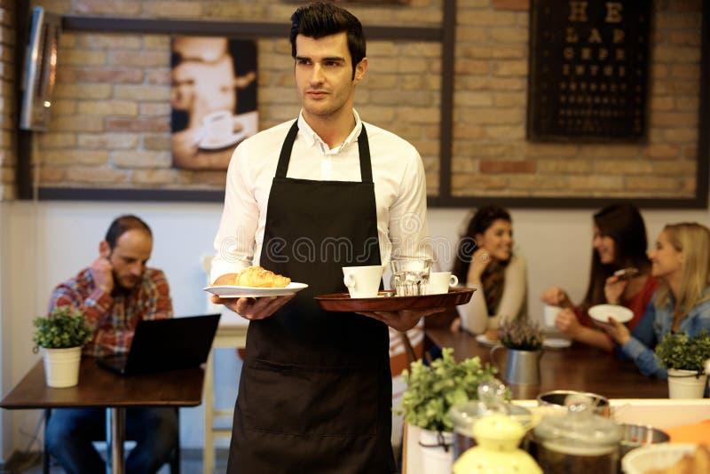 Kelner in cafetaria royalty-vrije stock afbeelding