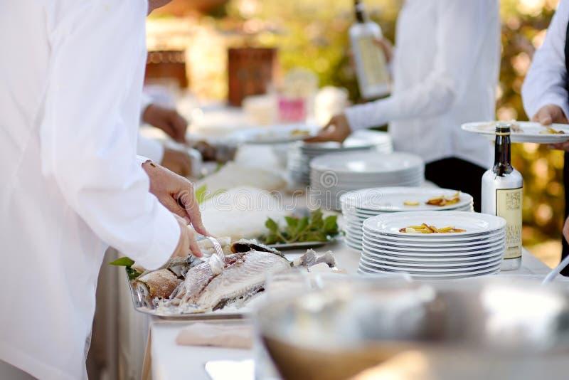 Kelner die een smakelijke vis dienen royalty-vrije stock foto