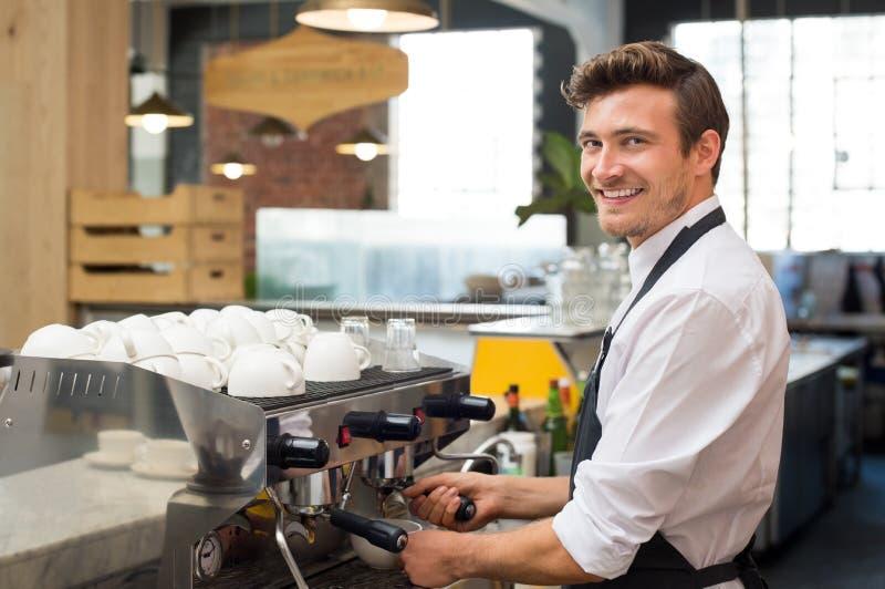 Kelner die koffie maken stock afbeeldingen