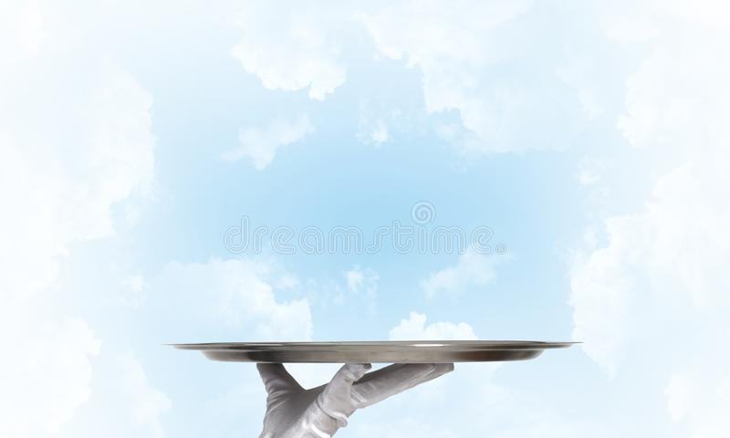 Kelner die lege zilveren schotel houden voor product of puntplaatsing klaar royalty-vrije stock afbeeldingen