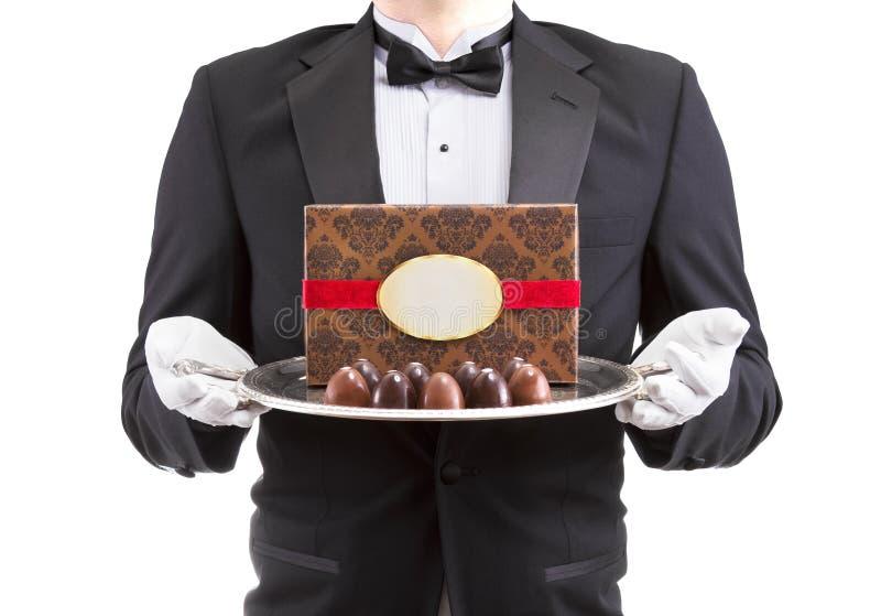 Kelner die zilveren schotel houden royalty-vrije stock afbeeldingen