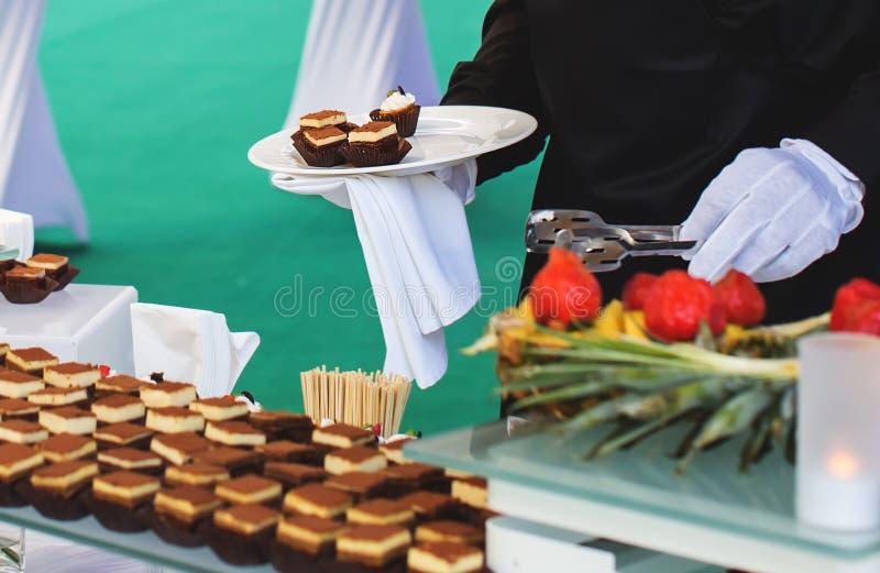 Kelner en buffet royalty-vrije stock foto's