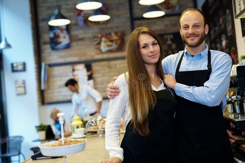 Kelner en serveerster in schort royalty-vrije stock fotografie