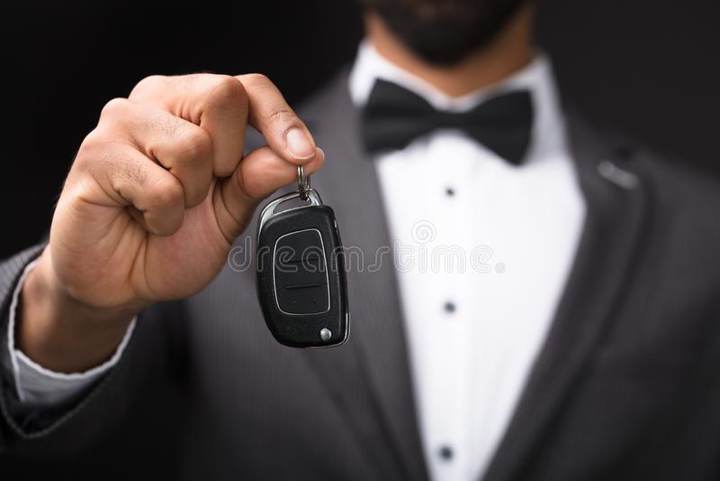 Kelner Holding Car Key stock foto's