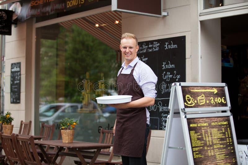 Kelner met een dienblad in een koffiewinkel royalty-vrije stock foto's