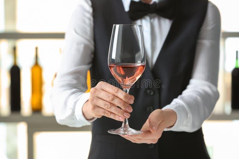 Kelner met glas wijn in bar royalty-vrije stock afbeelding
