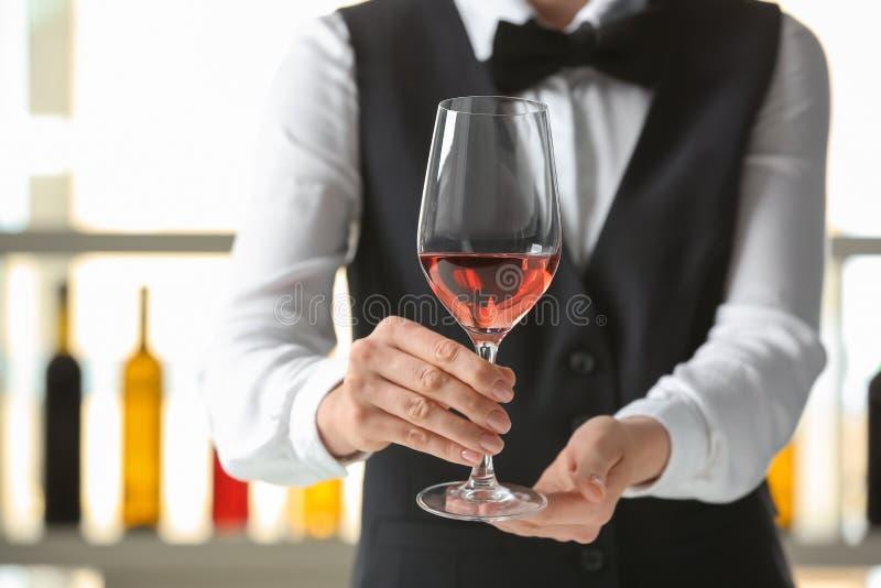 Kelner met glas wijn in bar royalty-vrije stock foto's