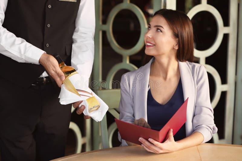 Kelner ofiary wino klient zdjęcie stock