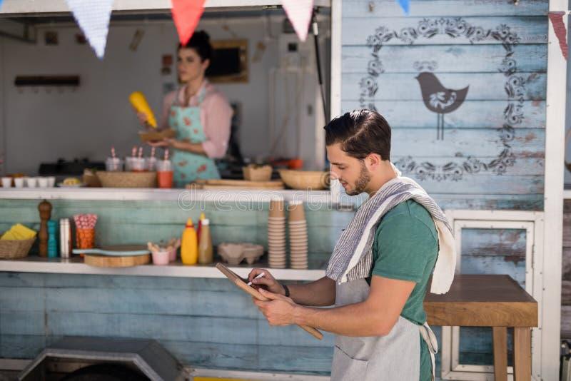 Kelner pisze na łupku obrazy royalty free